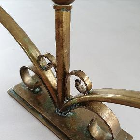 """Trearmet lysestage i bronze. Måler 36 cm i bredden. Er stemplet """"Ildfast Bronce"""" under bunden."""