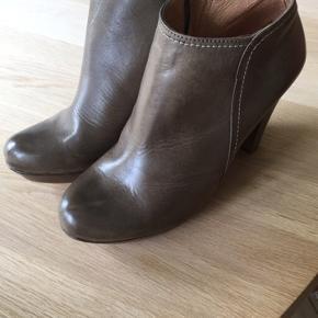 Sælger disse læderstøvler fra Wonders. Nypris 1099 kr. og aldrig brugte. De er i støvet grøn. Byd gerne :-)