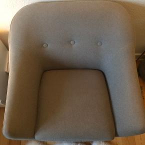 Fin lysegrå lænestol.  Slidstærkt betræk.  B84 x H82 x D81 cm