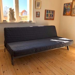 Mørkegrå/blå IKEA sovesofa  Måler ca 120 x 200 cm i udslået tilstand  Med skummadras, bund af trælameller og metalstel