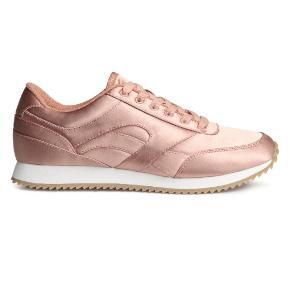Fineste sneakers i rosa skinnende stof. Aldrig brugt. Tager ikke billede af tøjet på 🌺