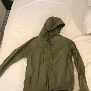 Fjallraven jakke sælges. Jakken er i pæn stand. Materialet er g1000 uden for.