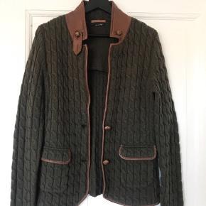 Massimo Dutti blazer i 100% uld, str. M. Den er i rigtig god stand med fine læder detaljer. Byd endelig!