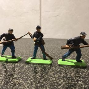 Britain deetail metal soldater 1971 ,3 stk som er hele og en enkelt som mangler sin arm og våben . Sender gerne mod betaling af porto