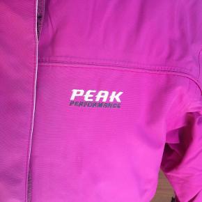 Smart jakke med aftagelig inderjakke i flot pink farve. Farven er lidt falmet. Mange dejlige detaljer- se foto. Portoen er 45 kr. som køber betaler.  Bytter ikke. Se også mine øvrige annoncer. Betaling via mobilepay og sender med DAO fra dag til dag. (10)