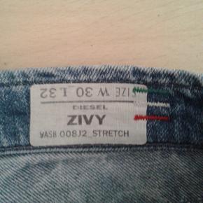 Diesel jeans til kvinder. Model : ZIVY ( STRETCH )  Nypris = 1299 kr.  Størrelse 30 - 32  Med stretch i så gør dem rigtig behagelige at have på.  Måler : 43 × 2 cm i livet. Fuld længde : 92 cm.  Lækre detajler. Blandt andet lynlås ved anklerne.  Den med DAO.  Mobilepay foretrækkes.  PRISEN FORHANDLES IKKE.  Kan afhentes i Rødovre.