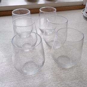 6 stk. vandglas fra IKEA.  Mærke: IVRIG (så vidt jeg husker) Højde: 11 cm/45 cl.  IKEA pris per stk.: 12 Kr.  Sælges kun samlet. Angivet pris er for 6 stk.  Tåler opvaskemaskine.  Trænger til at blive vasket. Ingen skår. Kan afhentes i Esbjerg. Sendes gerne- køber afholder fragt og ansvar.