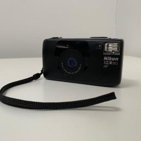 """Sælger dette fine lille """"Nikon Zoom 310 AF"""" 35mm film point and shot kamera. Super kompakt og nemt at bruge og have med overalt, tager nogle lækre billeder.  Har lige fået nyt batteri i!"""