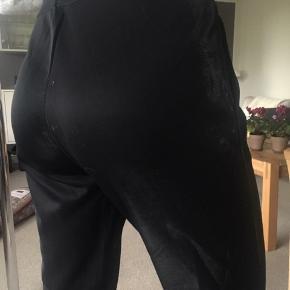 """Sorte bukser med et """"metallic"""" look, super behagelige.  I er mere end velkommen til at skrive for flere billeder og give et bud📷 ~ Julie🌿"""