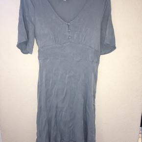 Brugt 1 gang til varme dåb Super fin kjole, sælges udelukkende fordi jeg ikke kan passe den☺️