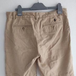 """Sindsygt flotte shorts fra Polo Ralph Lauren. De er størrelse 16, hvilket svarer til cirka 28"""" i waist. Der er lidt hvid maling nogle steder på dem, det er ikke noget jeg har prøvet at få af, så måske kan det godt komme væk. Udover det er de rigtig flotte, men selvfølgelig også brugte."""