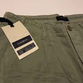 GABBA 3/4 shorts (bukket op) Farve: Kit Grey 42% Linen  58% Bomuld  Et par i W32 tilbage.  Har mange flere shorts og alle sammen er helt nye med prismærke.   Opnå god mængderabat på køb af flere par, eller sammen med andet fra min shop.