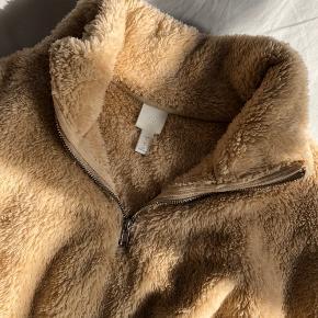 Cropped trøje fra H&M i beige/sand farve med lynlås. Den er mega blød, varm og behagelig at have på.