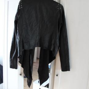 Varetype: læderjakke ægte læder biker jakke Farve: Sort Oprindelig købspris: 1300 kr.  nul bytte. lækker rå biker jakke ægte læder.