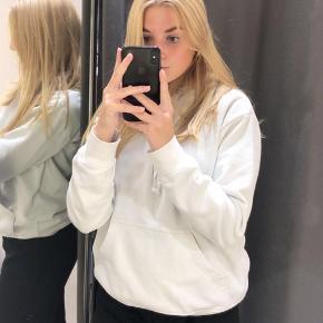 Basic hvid hoodie fra H&M mandeafdeling i str. xs herrestørrelse, passes af xs/s og lille m🥺🤞🏼  Den er brugt meget, men er hverken beskidt eller i stykker💘