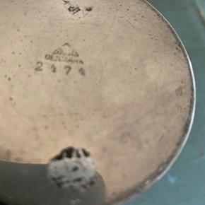 Just Andersen vase i tin med hjerte dekoration. I meget fin stand, ingen buler eller ridser. Højde 13 cm og diameter 9 cm