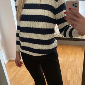 Stribet sweater fra Mango i cremehvid og mørkeblå. Udskæring i ryggen, kan ses på billede 2. Str. M. Brugt meget få gange.