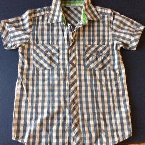 Skjorte. Aldrig brugt, kun vasket. Korte ærmer. Skulder og ned 61 cm Brystvidde 44*2 cm