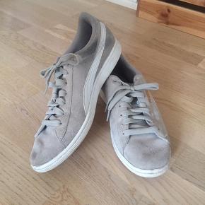 Lysegrå Puma-sneakers med snørebånd og guldlogo på siden og hælen i str. 40. Er brugt og har tegn på slid - blandt andet sorte mærker på indersiden - men fejler intet derudover🌚🌝