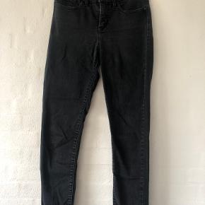 Sorte levi's bukser med slidt udtryk, og kan derfor godt se lidt grå ud!  Næsten ikke brugte