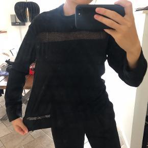 Super fin bluse fra rue de femme med fine detaljer. Lynlås i nakken.  Køb mere (se andre annoncer) og få meget mængderabat!