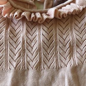 Flot strikket dragt med blondekant