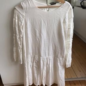 Super fin hvid kjole lidt oversize. Brugt enkelt gang. Jeg er 160 høj. :-)