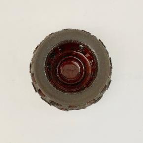 Tid til hygge! Dejlig stor stage fra Bjergård keramik til fyrfadslys. Indvendig glaseret i skøn rød/orange glasur, der står flot til det rå ydre. Højde: 10 cm Diameter: 13 cm