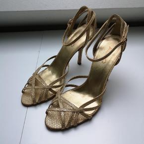 Varetype: Stiletter Farve: Guld  Har kun prøvet skoene herhjemme.