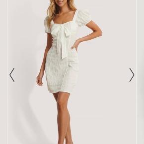 Hvid smuk Sløjfekjole med struktur / sommerkjole fra Nakd i størrelse xs. Aldrig brug så derfor er der ikke yderligere billeder af kjolen da den ser præcis ud som på billederne🌸.  Np 289 kr.   Tjek mine andre annoncer ud! Sælger kjole/ sommerkjole, bla stramme kjoler, designmærker fra Gucci og Fendi, ægte smykker, bla fra Camille Brinch, ur, blå fede jeans, top og nederdel mv.... Giver mængderabat🌸🌸  Tjek mine andre annoncer ud, med bla smykker🌸