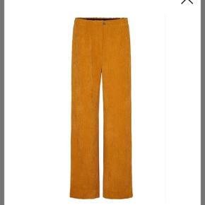Super fine bukser. De er brugt 2 gange og i super fin stand. Bytter ikke og handler med mobile pay