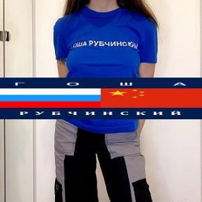 Rare Гоша Рубчинский ss15 blue logo tee i XS - logoet er ret cracked da den er så gammel, men ellers er den fin ingen pletter eller noget - IKKE oversized fit som meget gosha ellers er; så vær opmærksom på at man skal være en xs for at kunne passe den ✨