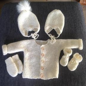 Varetype: Baby Håndstrikket Størrelse: Alle Farve: Alle Denne vare er designet af mig selv.  Babysættet 0-3 mdr.  Trøje 250 Hue 125 M kvast 100 uden Futter 50 Luffer 50 Kan bestilles i alle farver og størrelser