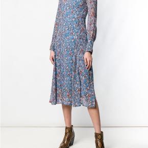 Mønstret kjole fra IRO sælges. Kjolen er i modellen Sunlight, er blå med mønster af blomster i røde og hvide, i tyndt materiale og med en v-udskæring med flæser på ryggen. Kjolen er brugt to gange og vasket og i fin stand. Der medfølger en blå underkjole. Kjolen er købt på Boozt.com. Sælges for 500 kr. plus porto. Kvittering haves.