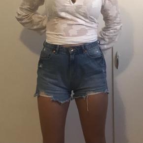 Shorts fra FB Sister der giver den flotteste smalle talje.  Str. S men kan også passes M hvis man vil have nogenlunde samme fit som på billede (Jeg er nemlig str. 38)