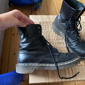 Dr. martens der stadig har mange gode leveår endnu. Den ene sko er desværre revnet bag på... tænker at en skomager måske kan fixe det? Derfor den billige pris. :) er åben for bud.