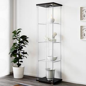 Detolf vitrineskab fra Ikea i hvid.