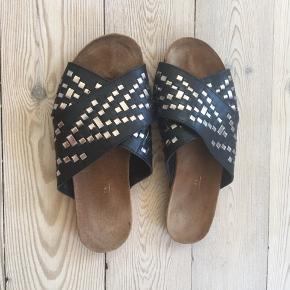 Skind slip on sandaler fra ASOS, fine får dem bare ikke brugt. Kan også passes af str 38☺️⚫️👌
