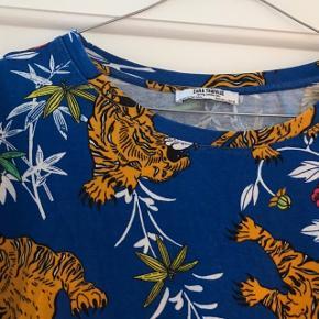 Rigtig pæn t-shirt som er brugt ca. 10 gange 🐯 i smuk blå farve med tigre på. Fejler ingenting! Str. L fra ZARA.   Bemærk - afhentes ved Harald Jensens plads eller sendes med dao. Bytter ikke 🌸  💫 Tshirt t-shirt bluse top Tiger tigere tigre blå orange rød rose roser blomst blomster blomstret