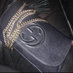 Gucci soho - næsten ikke brugt. Kan både bruges som crossbody, håndtaske of clutch. Kvittering, pose og dustbag medfølger. JEG BYTTER IKKE !!!! BYD