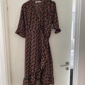 Smuk slå om kjole i dejlig kvalitet. Flot mønster. Brugt nogle få gange.
