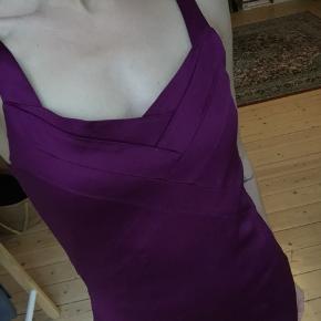 Fineste kjole i skinnende materiale, kropsnær silhouet. Fitter S/M, semi stretchy materiale. God stand!