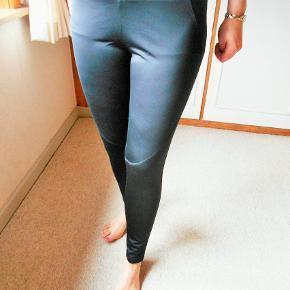 Beskrivelse Brand: Fransa Body & Soul NY Varetype: Tights Størrelse: L Farve: Sort Oprindelig købspris: 350 kr.  Flotte nye sorte Tights fra Fransa  Body& Soul Lille lomme indvendig ned elastik til fastgørelse af evt. nøgle Lynlåslomme i bag Taljevidde 82 cm. kan strækkes til 94 cm. Indvendig benlængde 77 cm. 90 % polyester + 10 % elastan  ( elastisk materiale ) Sender med DAO uden omdeling, fremme på 2-4 dage TS pay eller mobil pay,