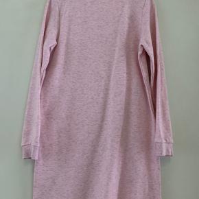 • H&M Sweatshirt Kjole med lommer.  • Farve: RosaMeleret.  • Str. 134/140.  • Brugt een gang, er i fin stand!  • Skal hentes i København S.