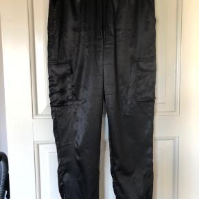 Lækre silkebukser med lomme på hver bukseben. Brugt få gange. Bindebånd omkring livet.  Kan hentes i Horsens eller sendes med Dao på købers regning.