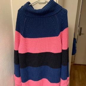 Grå-sort, blå og rosapink lidt oversize stribet sweater / blusekjole fra UO i str. S (Vil mene den passes fra XS til minimum M - se mål, så har sat den til OZ i str felt vælger) Virkelig Lækkert, Blødt Materiale: 60% bomuld & 40% acryl. Nypris 850 (købt forår 19) Mål: længde knap 85 cm. Bredde fra ærmegab til ærnegab ca 55 cm ærmer målt fra armhule og (ingen skuldersøm) ca 50-51 cm. Kraven r ca 20 cm lang og kan foldes en eller flere gange - efter style stil. UO shopper / net / totebag kan evt følge med, hvis intra samt matchende hårspænder! Sælges for 1/2 pris plus TS gebyr og porto