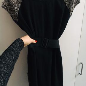 """Perfekt kjole til julefrokost med sølv """"glimmer"""" på skulderen. Kan med fordel sættes et bælte til . Det medfølger dog ikke. Sælges kun så billigt idet bælte mangler ."""