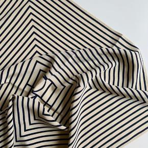 Toteme San Remo tørklæde - ikke brugt så mange gange så i pæn stand. Har både det originale mærke + kvittering fra Birger Christensen. Billederne er mine egne   Mp er 900kr