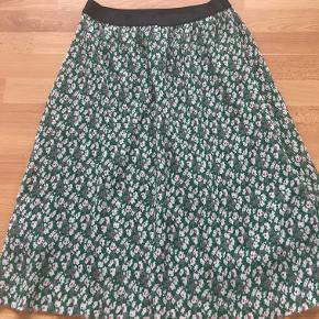 Skønneste plisseret nederdel i grøn/hvid/rød. Brugt to gange.