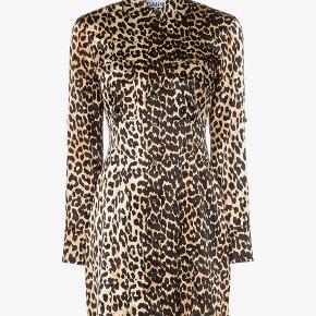 Blusekjole, Ganni, Leopard, Silkesatin. Helt ny lækker Ganni kjole/lang skjorte med knapper foran. Aldrig brugt. Er str. 38, men passer en str. 36.